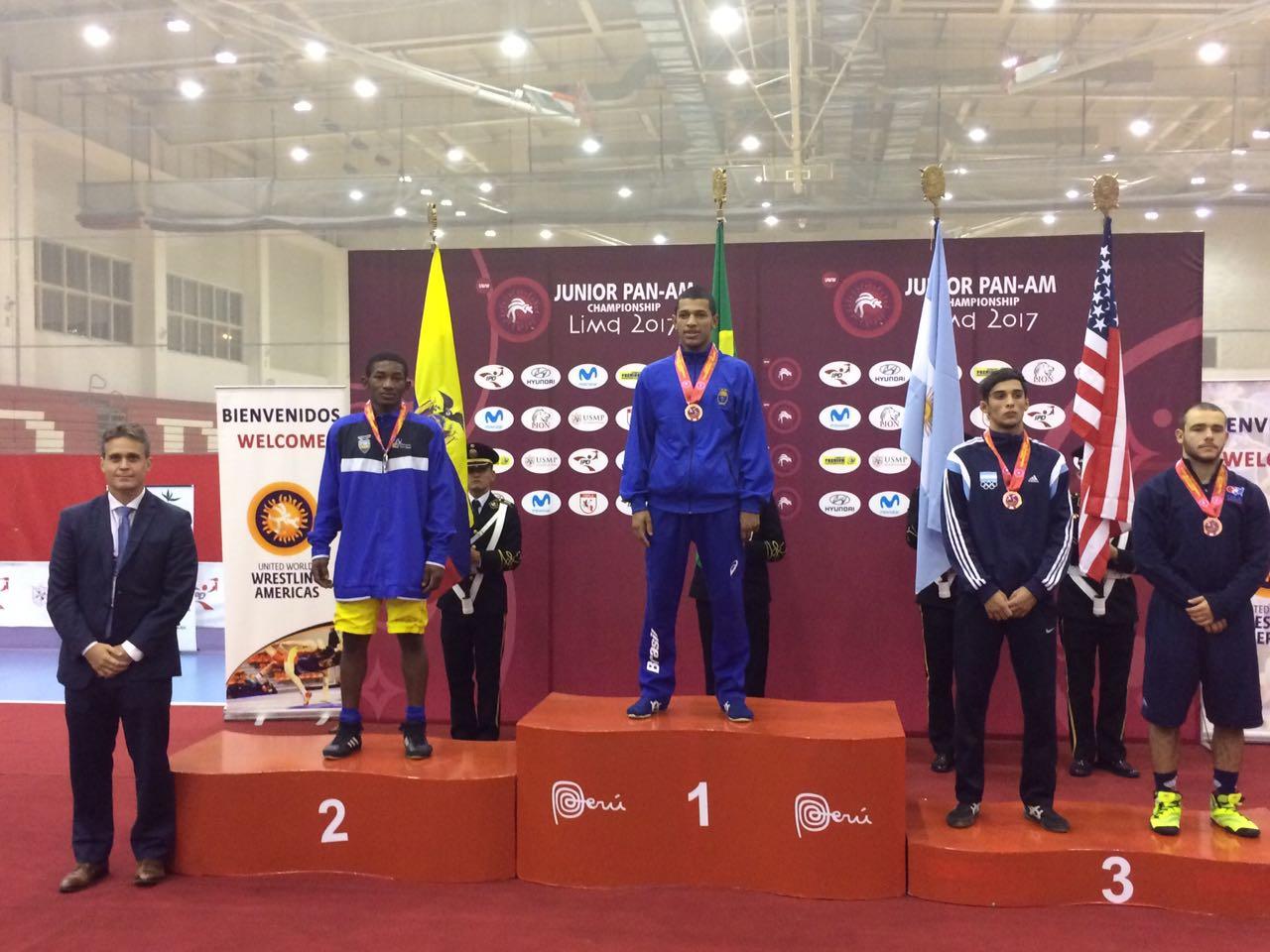 Joílson Júnior no alto do pódio já com a medalha de ouro no peito