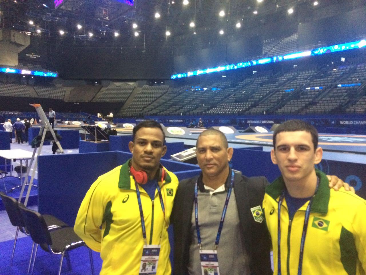 Ângelo Moreira, o treinador-chefe, Angel Torres e  Diego Romanelli visitam o Accor Hotels Arena, em Paris  local do Mundial 2017