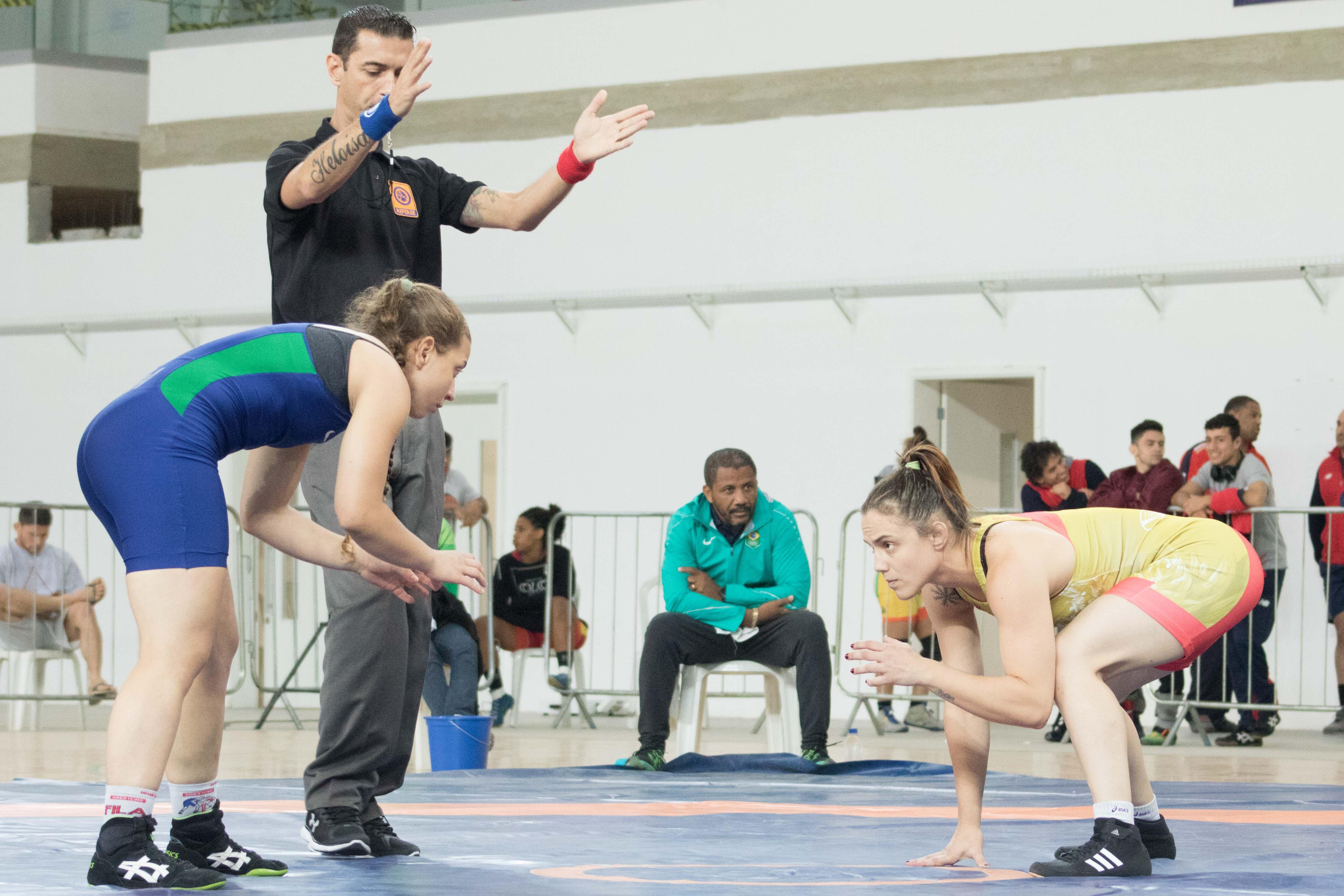 Fabiana Alcântara (à esquerda)  e Camila Fama decidiram a categoria até 60kg (Foto: Ruiva Fight)