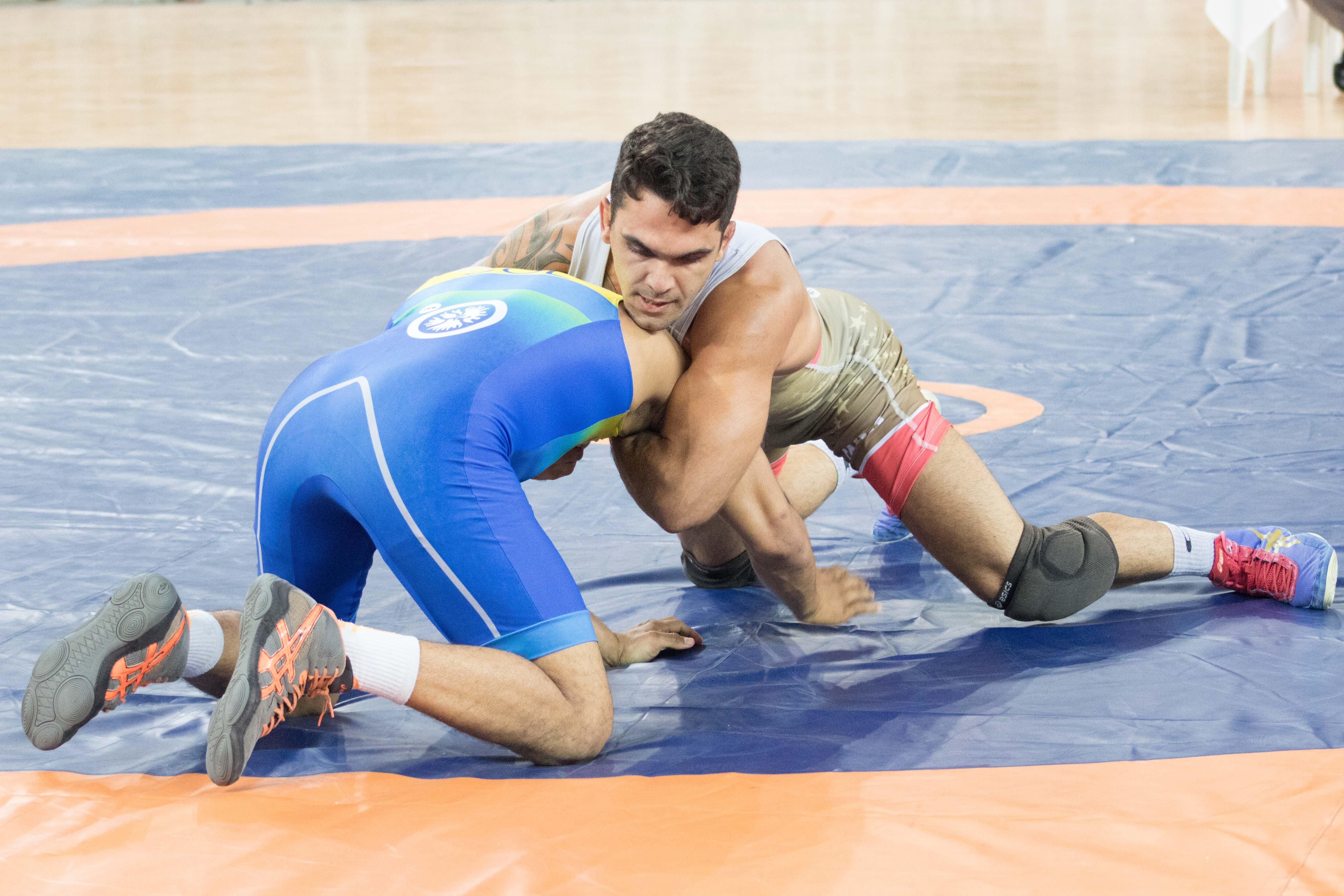 Filipe Esteves de vermelho foi o único brasileiro a ganhar medalha de ouro no estilo livre ( Foto: Ruiva Fight)