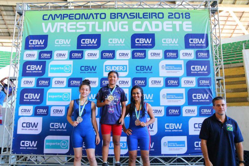 Layane Medeiros no alto do pódio do Brasileiro Cadete 2018 (RuivaFight/CBW)