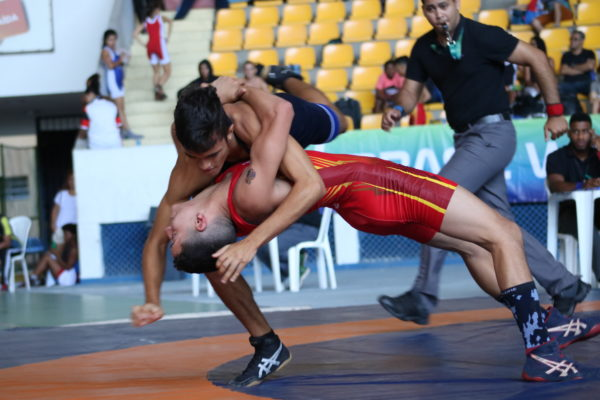 Guilherme Negreiros, de vermelho, foi um dos destaques do estilo greco-romano no Brasileiro Cadete 2018 (RuivaFight/CBW)
