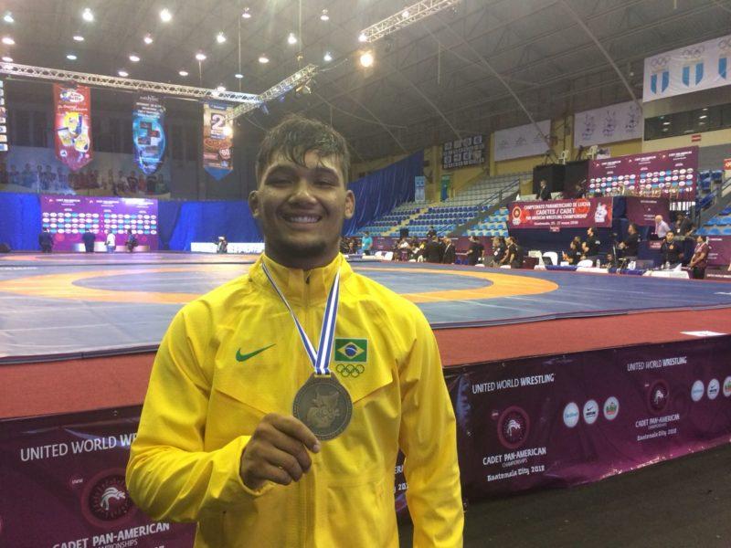 Igor Queiroz exibe a medalha de ouro no Pan Cadete 2018