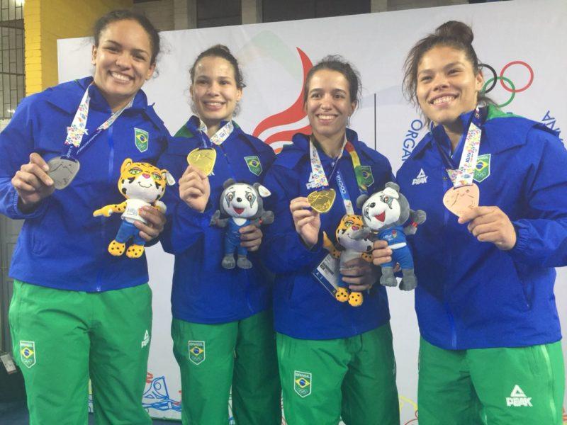 Aline Silva, Lais Nunes, Giullia Penalber e Dailane Reis celebram as medalhas em Cochabamba