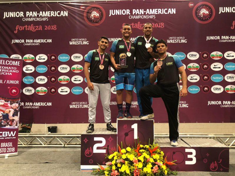 Michael Lima, Fábio Rodriguês, Joílson Júnior, e Gabriel Lira celebram as medalhas no Pan Júnior 2018