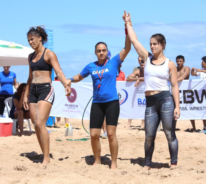 Camila Fama, de blusa branca, celebra conquista do Pan de Beach Wrestling 2017 (Arquivo CBW)