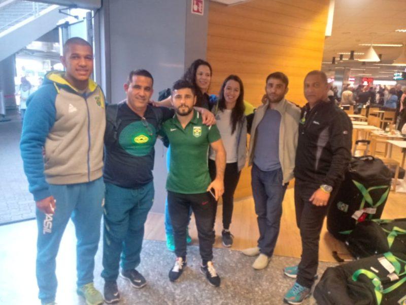 Atletas e treinadores na chegada a Budapeste