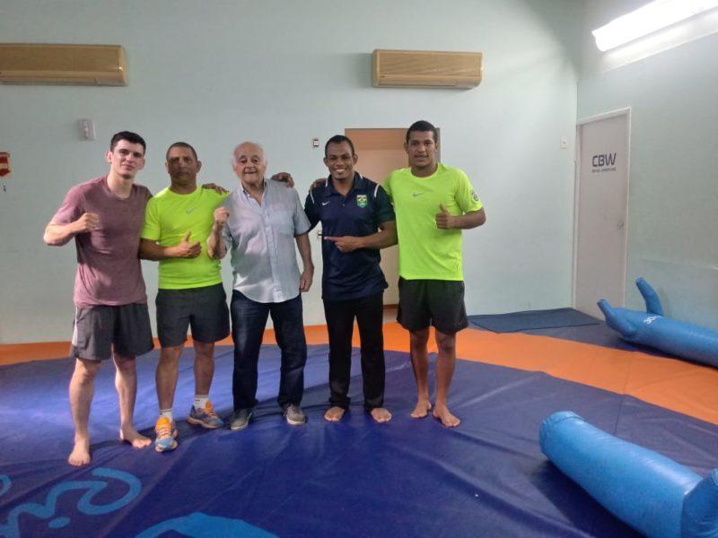 Mestre Leitão entre os atletas em visita aos atletas da CBW