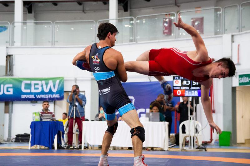 Marcus Vinicius, malha com detalhe em azul, vence na categoria até 74kg (RuivaFight/CBW)