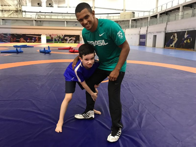 Bento aplica single leg no professor André Felipe Feitosa