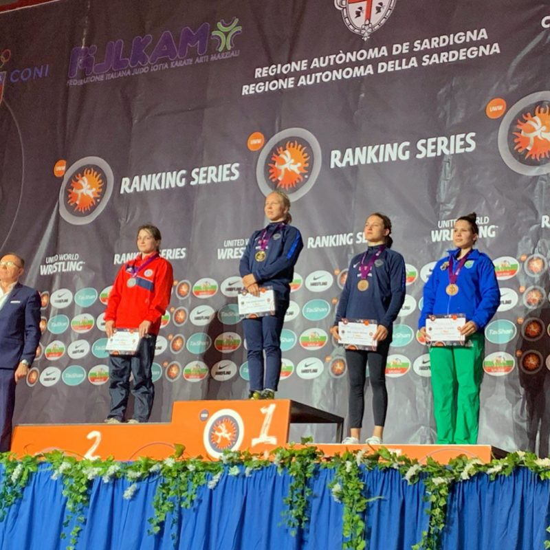 Lais no pódio ao lado da sueca Johanna Mattson, da medalhista de prata Elmira Gambarova e da campeã Henna Johansson