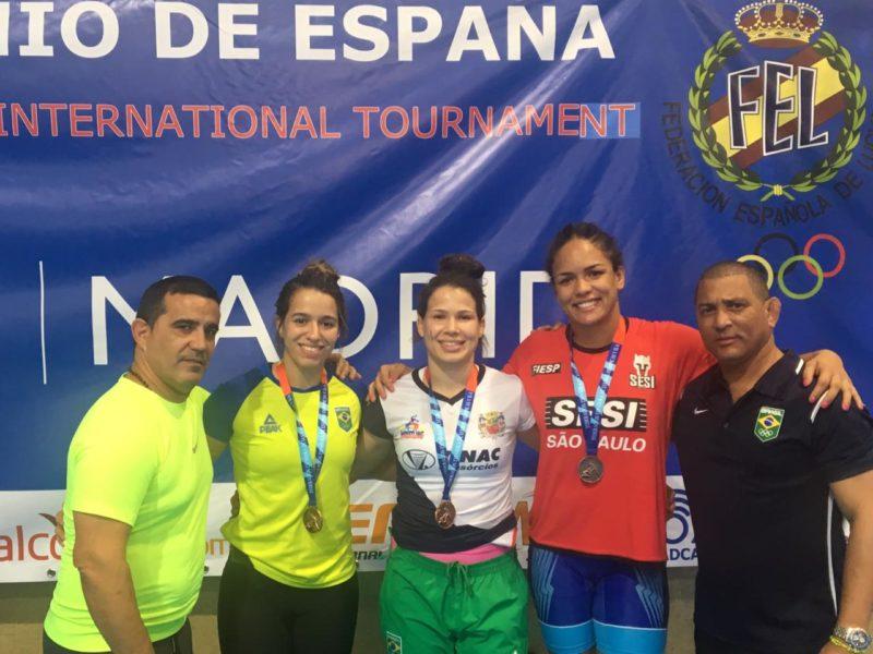 O treinador Nisdany Perez, as medalhistas Giullia Penalber,Lais Nunes, Aline Silva e o treinador-chefe Angel Torres Aldama