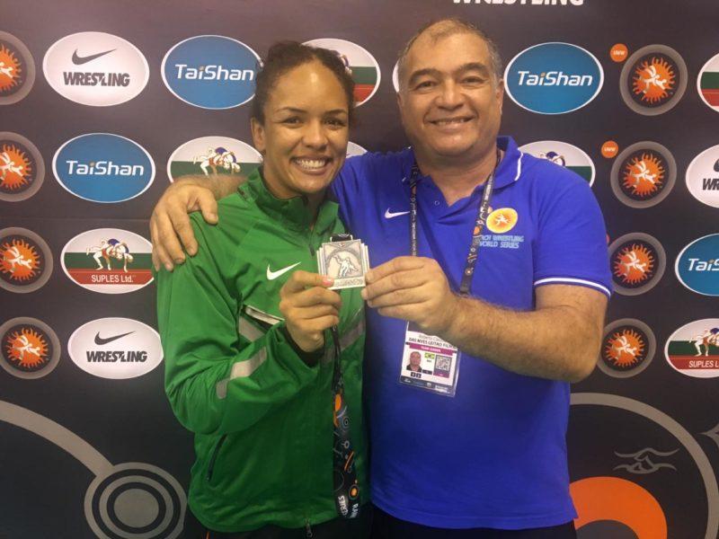 Aline Silva celebra medalha no Yasar Dogu 2019 ao lado so Superintendente da CBW, Roberto Leitão
