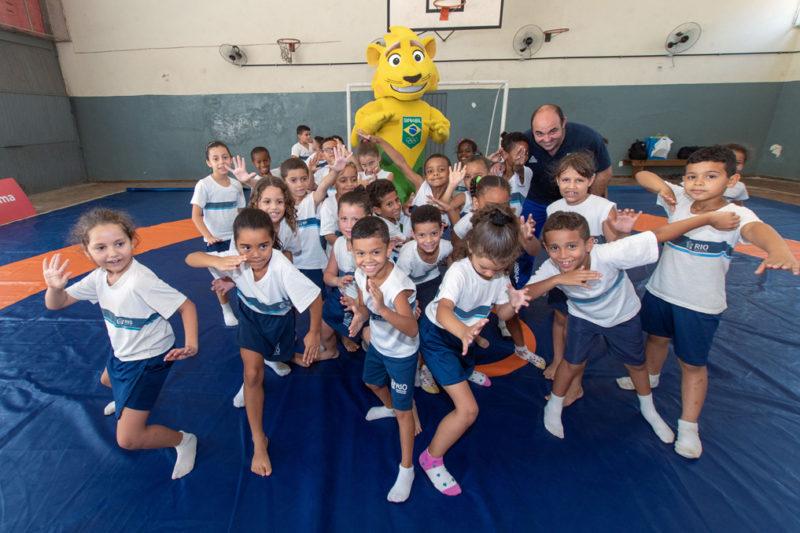 Ginga, coordenador Flavio Cabral e crianças  fazem postura de luta durante (Guilherme Taboaba/COB)