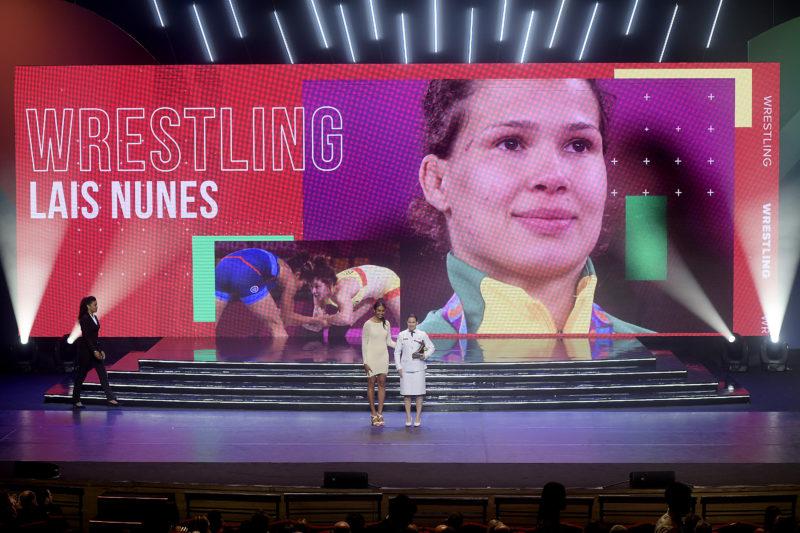 Lais Nunes recebe prêmio de melhor do ano do wrestling em 2019 das mãos da atleta Iziane: Alexandre Loureiro/Inovafoto/COB