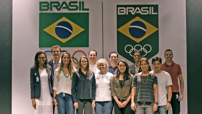 Parte da comissão de atletas do COB posa para foto (COB)