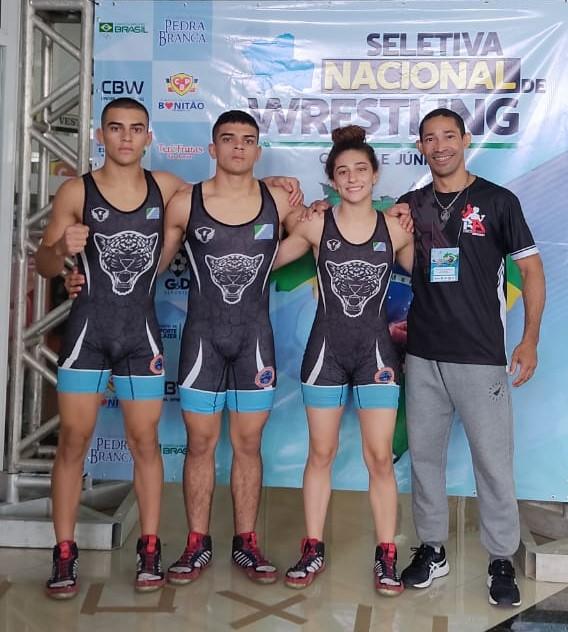 Os irmãos Pedro, Paulo e Assíria ao lado do técnico Agnaldo Santos (Arquivo Pessoal)
