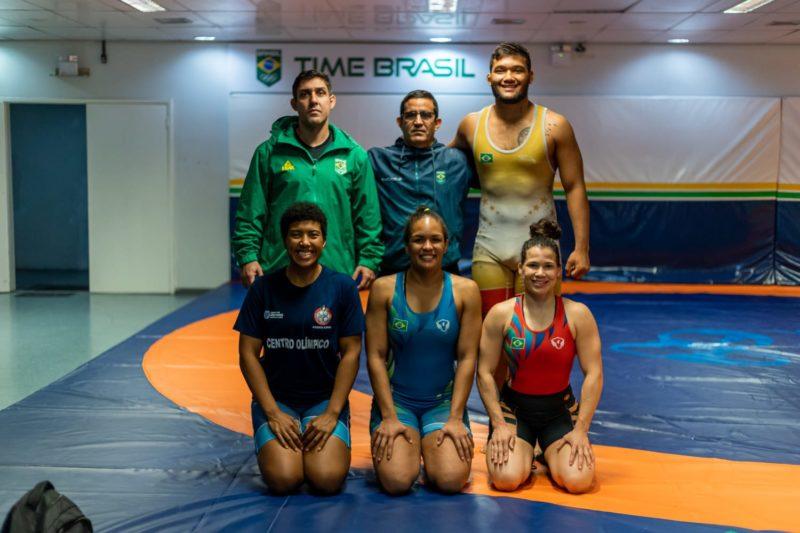 Parte de delegação brasileira posa antes da viagem (Igo Bione/CBW)